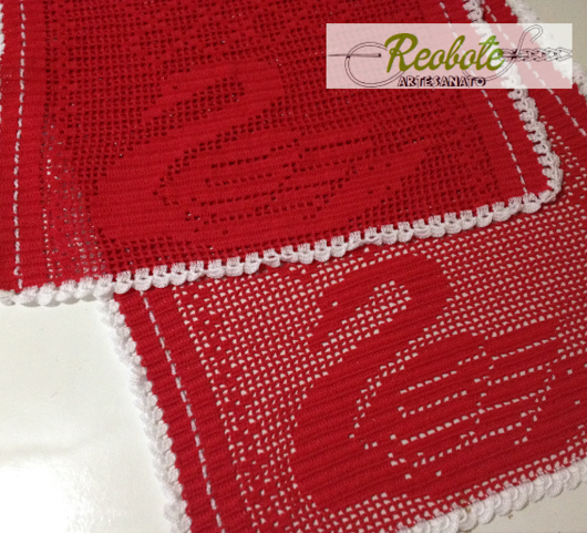 Caminho de Mesa com a imagem de um lindo #cisne. #caminhodemesa #crochê