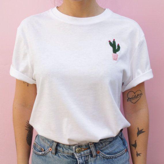 eine unisex wei es t shirt bestickt mit viel liebe von hand 100 baumwolle maschine waschen. Black Bedroom Furniture Sets. Home Design Ideas