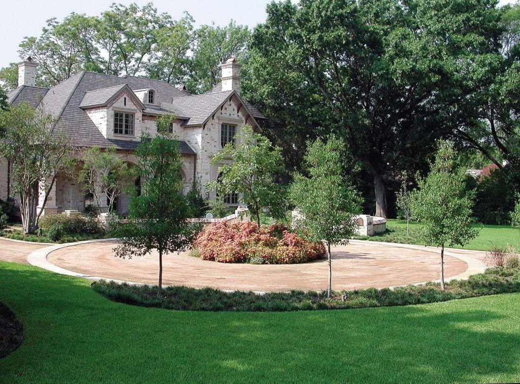 Gravel circular driveway landscape design ideas for Circular driveway landscaping pictures
