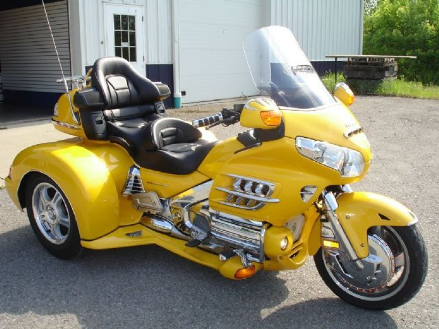 2010 honda gold wing trike yellow 5 825 miles for sale in belle vernon pa motorcycles. Black Bedroom Furniture Sets. Home Design Ideas