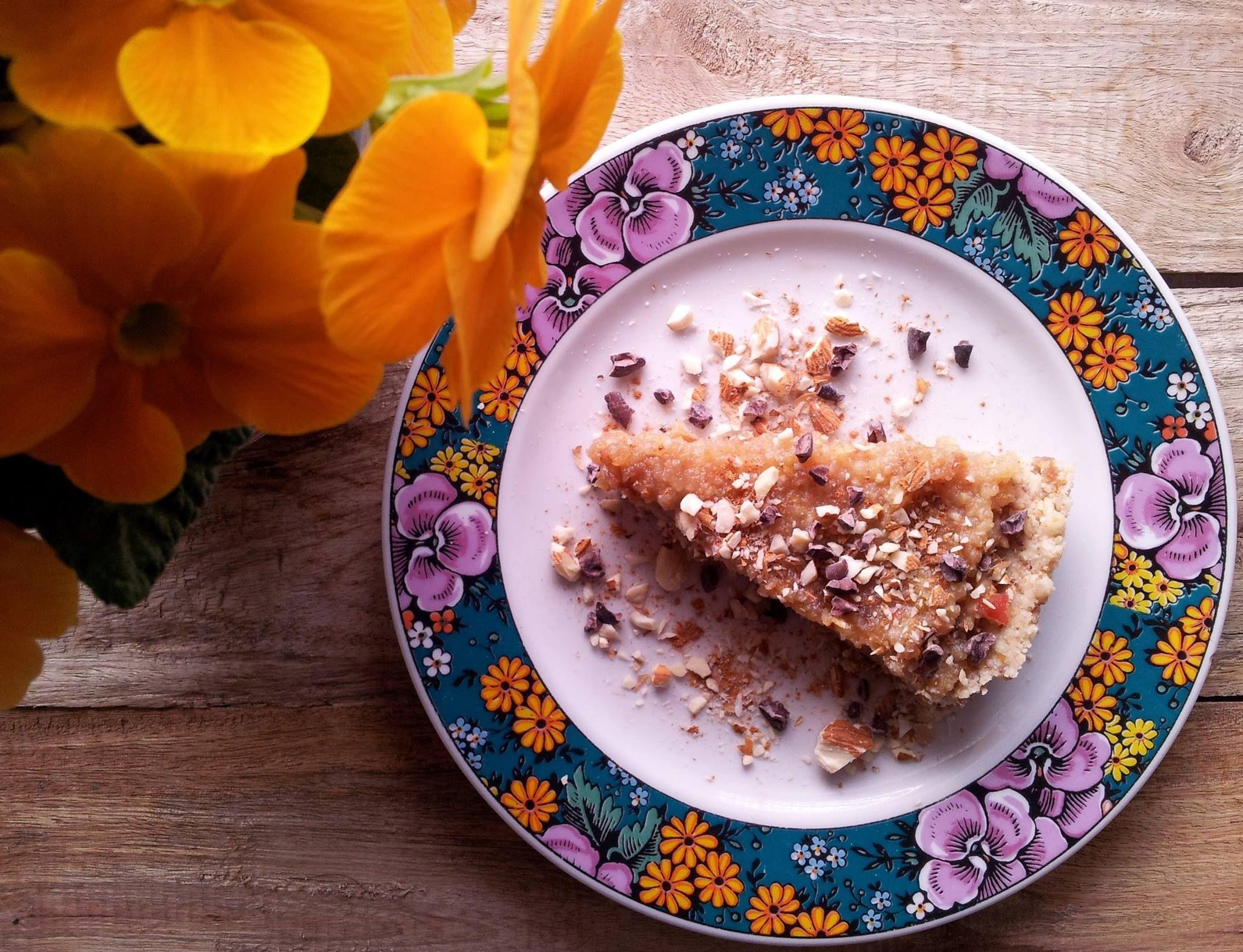 Vandaag een recept van gastblogger Irina Verwer, yogini en healthfoodie! Het is volop Indian summer en dus tijd voor een taart die bij dit seizoen past. Deze zonnige, zalige appeltaart is perfect voor deze tijd van het jaar. Al kun je er ook in andere jaargetijden van genieten...    Ingrediënten bodem: 2 ½ …