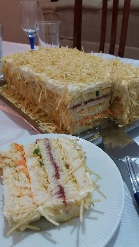 Torta de pão com uma camada de geleia de morango.