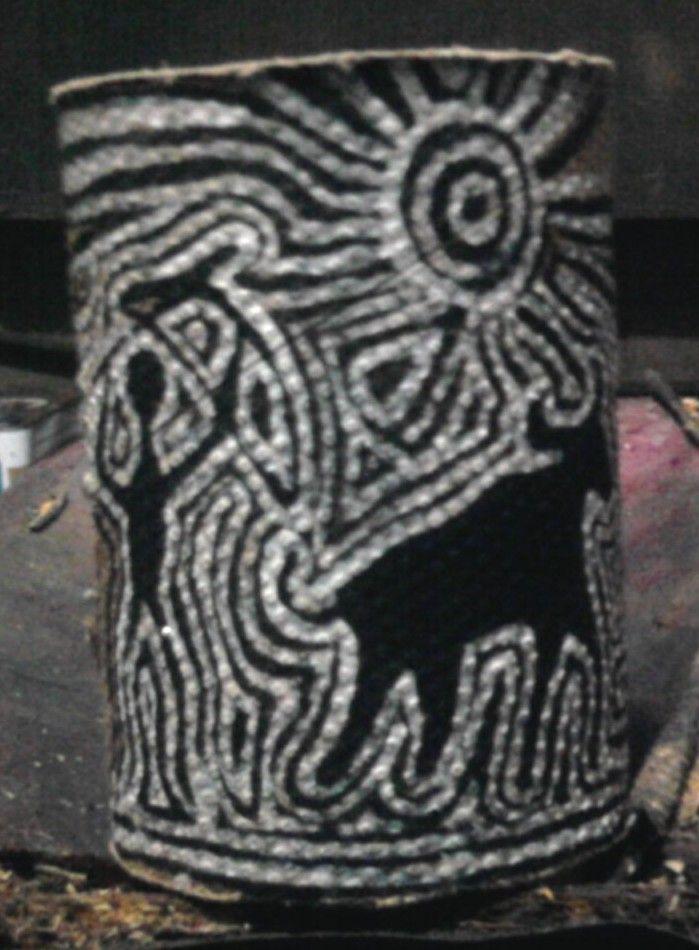 ideia de cada uma Uma copo de papelão pintado e decorado com temas de diversos