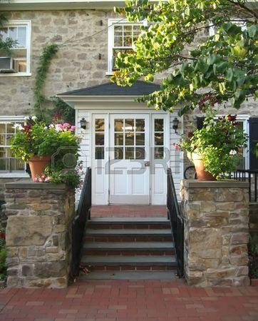 Steinhaus mit veranda  Front Eingang mit Treppe und Veranda auf alten Steinhaus ...