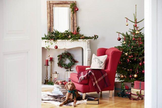 Key-Piece für den klassischen Look: ein roter Ohrensessel. Ein bisschen Kitsch gehört natürlich auch dazu – zum Beispiel mit jeder Menge Santa-Anhängern am Baum. #WestwingNow #Westwing #InspirationEveryDay