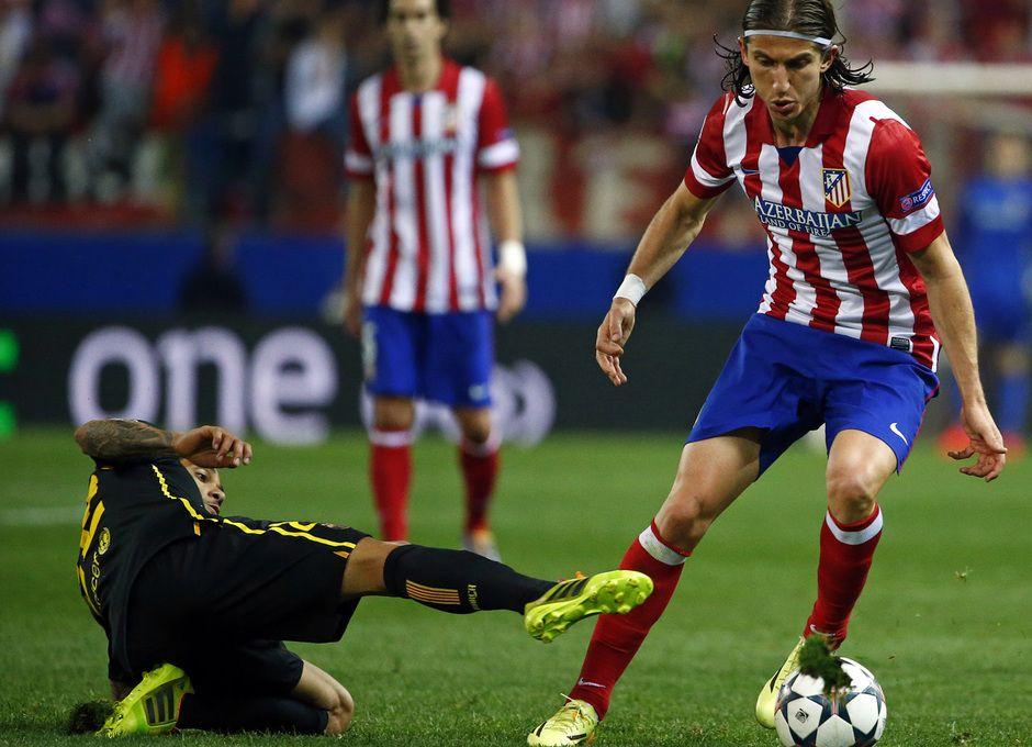 Filipe Luis le gana un duelo a Alves