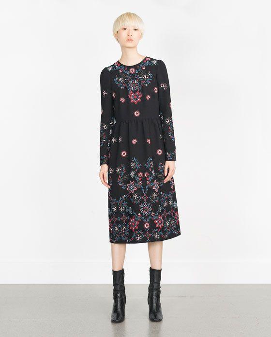 9469802e2 Descubre las rebajas para mujer en ZARA. Todos los vestidos de la colección  ZARA WOMAN con descuentos especiales.