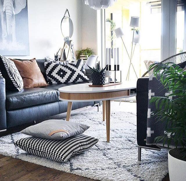 Mélange De Style Avec Canapé En Cuire Noir Coussin Géométrique Et - Canapé convertible scandinave pour noël idée tapis salon