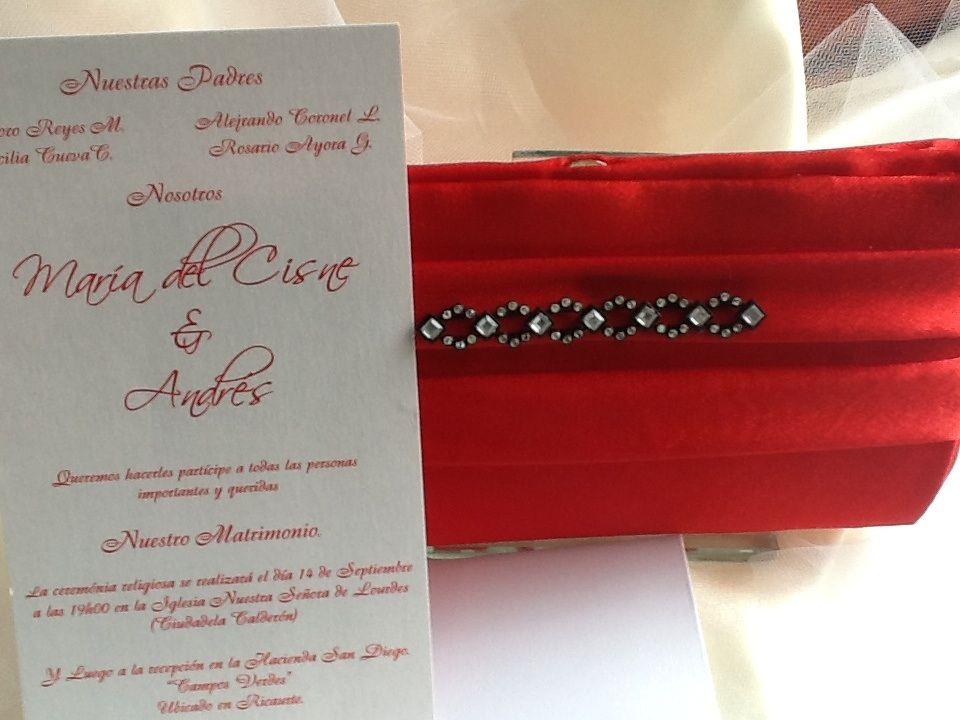Cartera de fiesta en color rojo pasión para una novia elegante con mucho amor