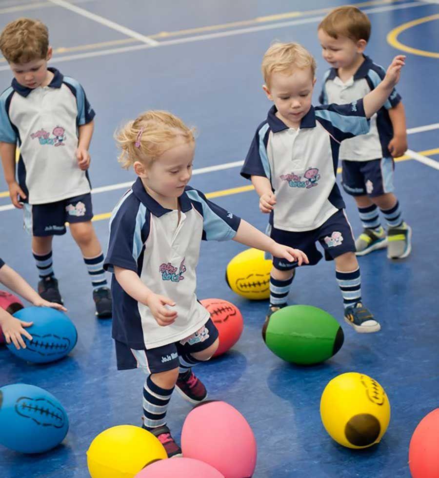 Cosa Succede Durante Un Incontro Rugbytots Bambini E Bambine Giocano Con Il Proprio Corpo E La Palla Ovale Seguendo Le Compete Palla Rugby Giochi Per Bambini