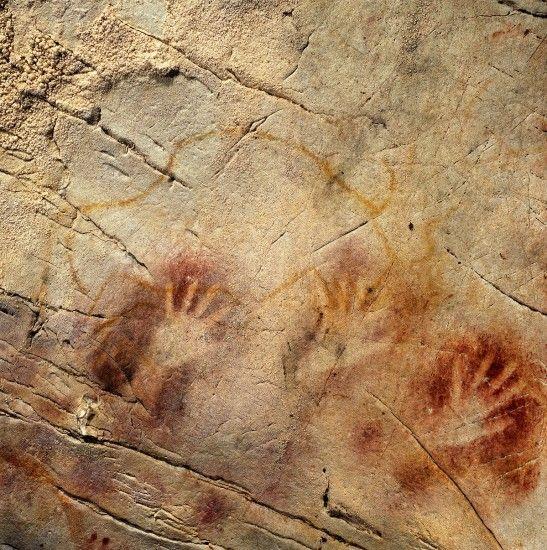 Pinturas paleolíticas más antiguas de Europa    Imagen del Panel de Manos de la cueva El Castillo, en Altamira (Cantabria). Una pintura que parece tener más de 40.800 años de antigüedad, convirtiéndose en una de las pinturas de arte rupestre paleolítico más antiguas de Europa. (GTRES).  http://www.20minutos.es/noticia/1510987/0/arte-rupreste/altamira/paleolitico/