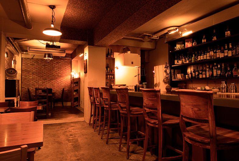 Bar Okoze 目黒不動尊参道沿いにある 通常バーとして営業している撮影スタジオ 褐色の照明とレンガ壁が特徴的なスタジオです バーならではのカウンターやドリンク棚を使った撮影が可能 テーブル席もある為 レストラン 飲食店シーンにも対応できます お酒や