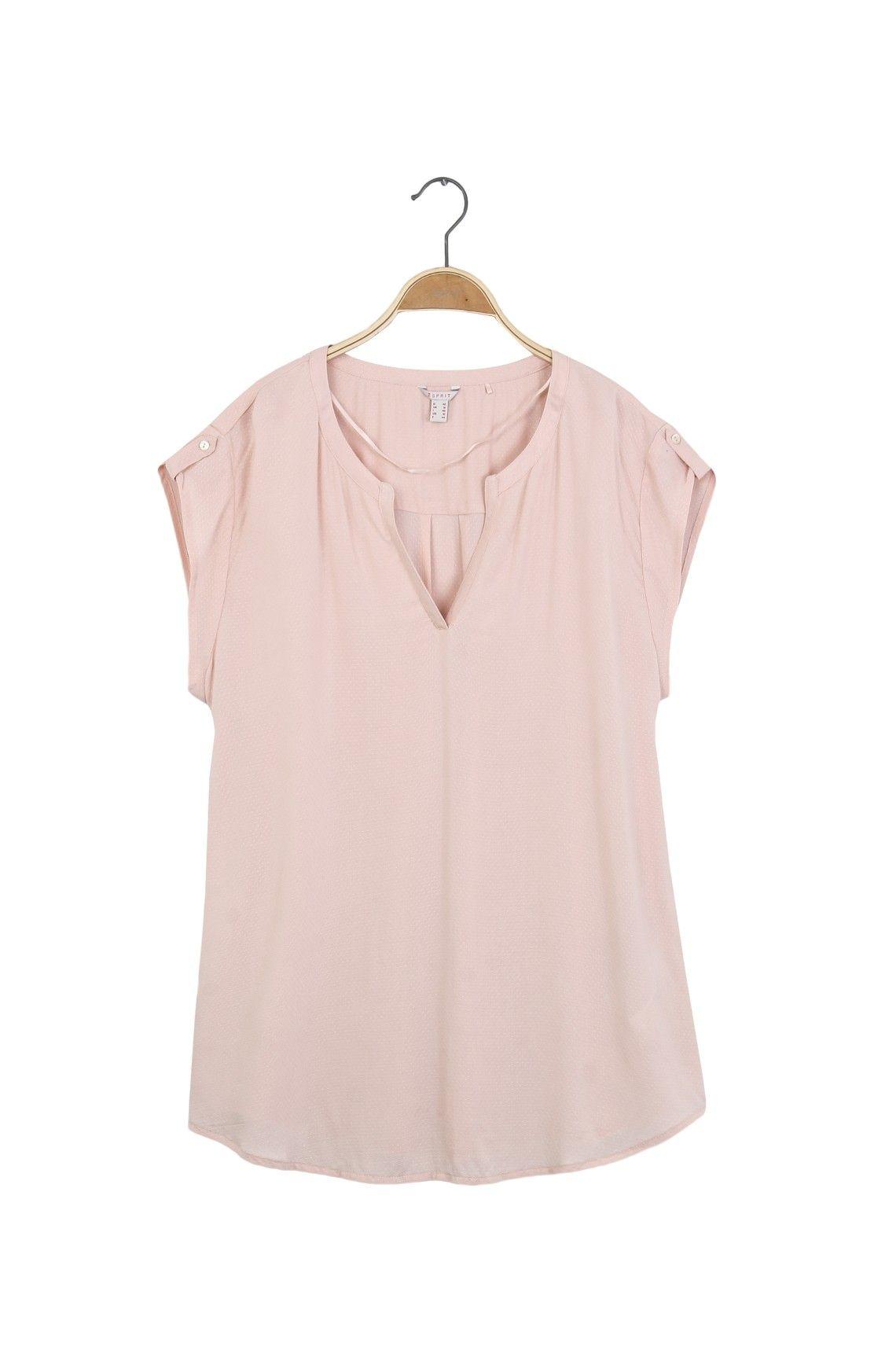 Camisa cuello redondo abierto, manga rodada con charreteras decorativas. Composición Prenda: 100% Viscosa.