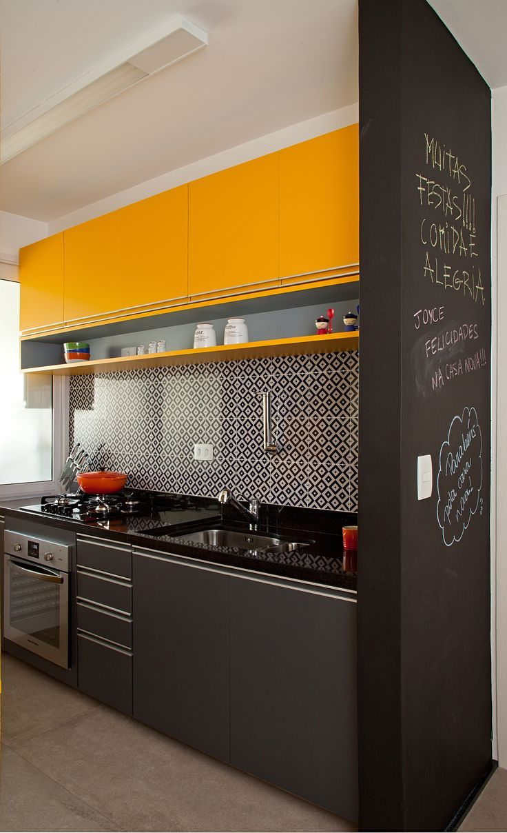 A mistura do azulejo na parede com a marcenaria amarela deixou a