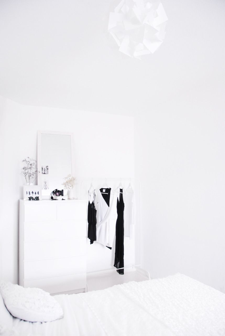 Via I'm Fashionstoned | White Bedroom