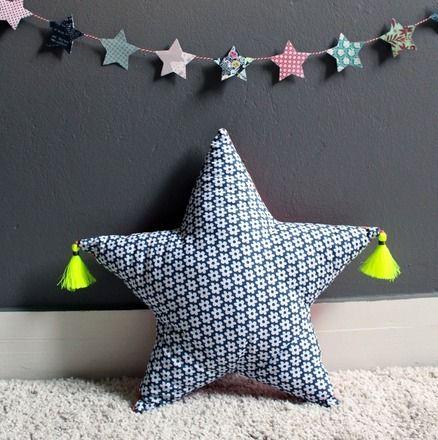 coussin rembourr en forme d 39 toile avec pompons fil fluo 5779235cadeau fait a la main par le. Black Bedroom Furniture Sets. Home Design Ideas