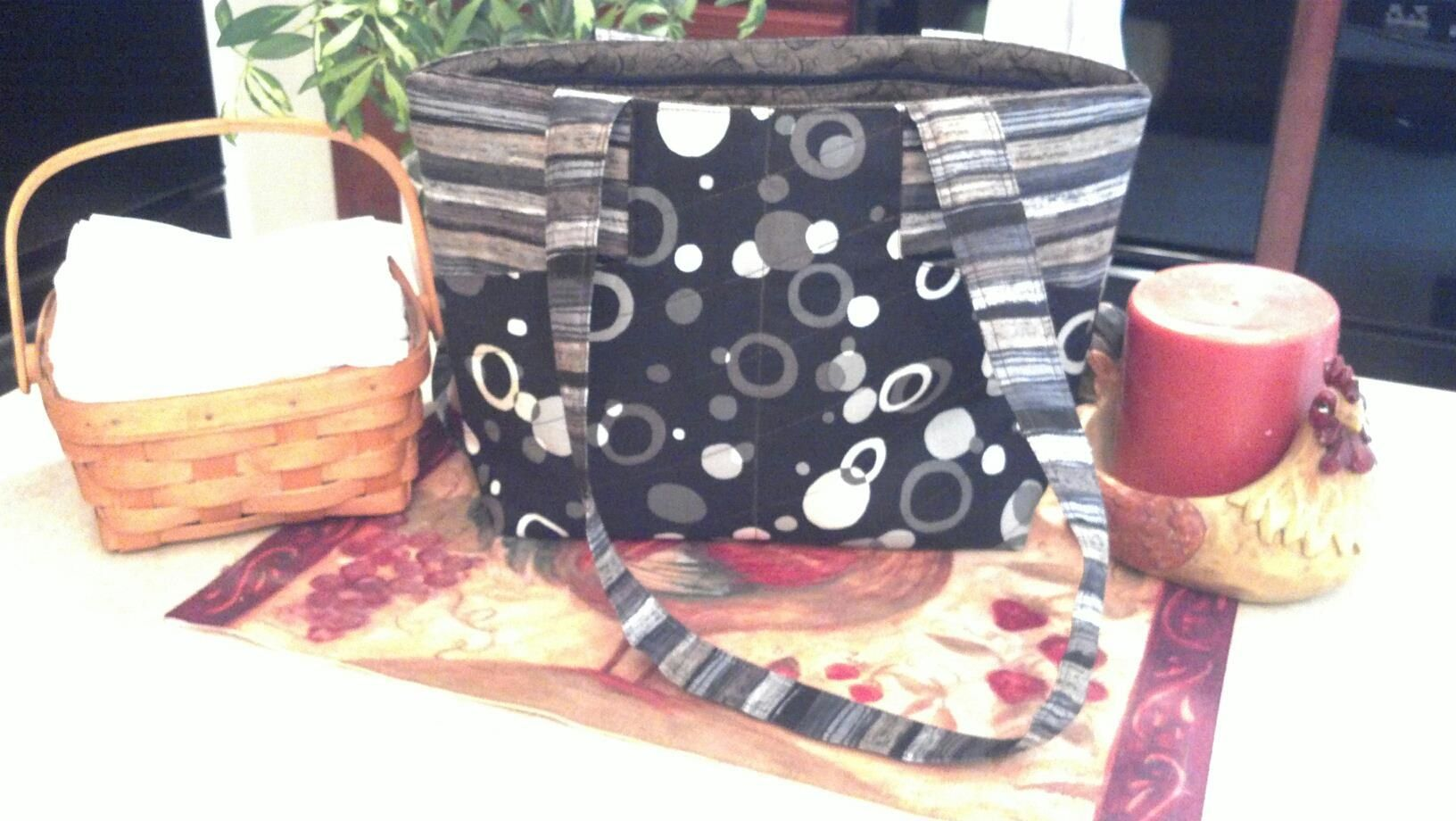 Make this fun Margo bag with lots of pockets, and a zipper closer!