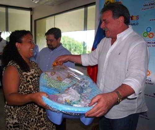 Alcalde Cocchiola entregó ayudas sociales a más de 3 mil valencianos en 2016
