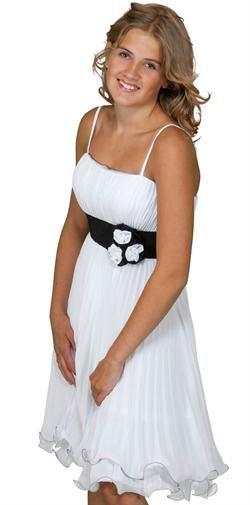 f0f4d972435 Konfirmationskjole med smukt sort bælte og en enkel blomst ...