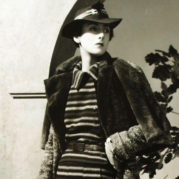 Robe de lainage à rayures de Lucien Lelong, photographie d'époque du studio Dorvyne (circa 1935)