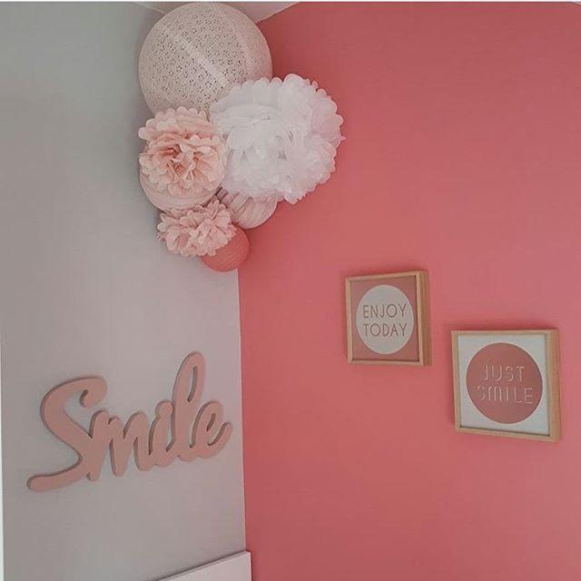 Déco chambre rose et blanc - pompon et lanterne chinoise Chambre