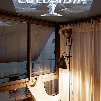 Utiliser le plafond pour projeter les films, si pas de grand mur blanc... Dans la chambre parentale ou le salon