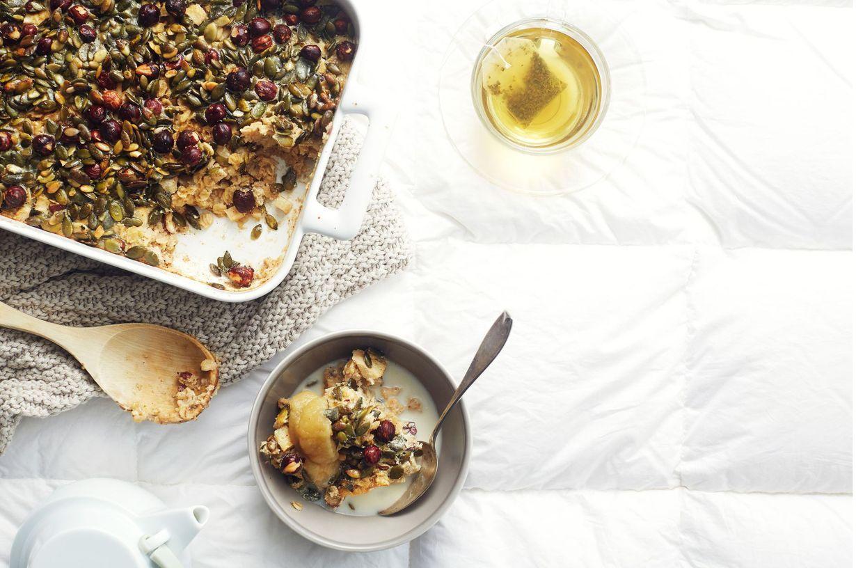 Varaudu siihen, että vieraat pyytävät sinulta tätä reseptiä, sillä uunipuuron ja omenavanukkaan hyvät puolet yhdistävä brunssipuuro vie syöjiltä...