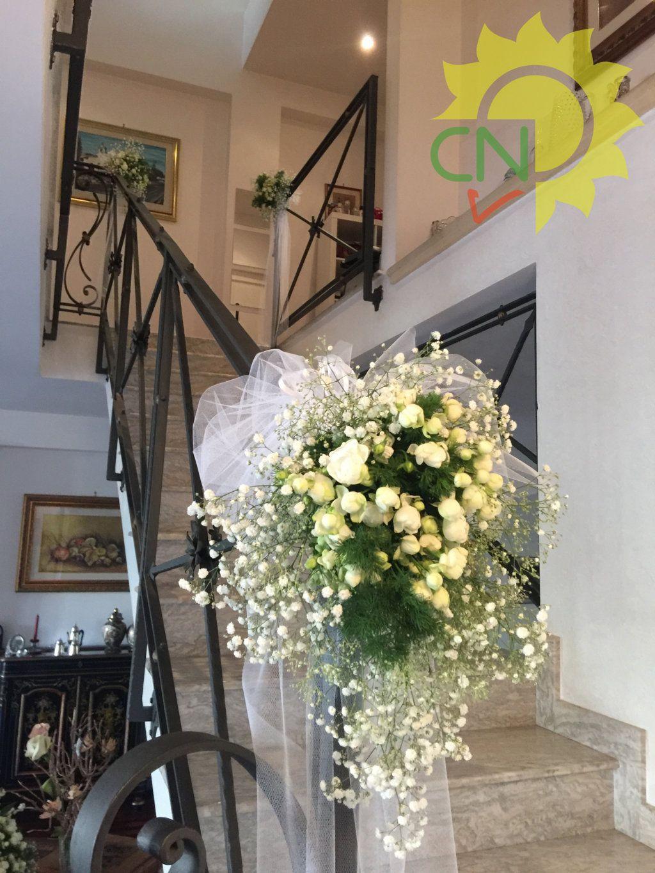 Addobbo Per Casa Sposa Con Roselline A Grappolo Bianche E Bacche Bianche White Wedding Flower B Matrimonio Addobbi Floreali Matrimonio Decorazioni Nuziali
