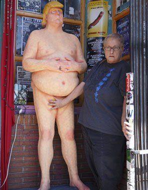 Surgen estatuas de Trump desnudo en ciudades de EEUU...