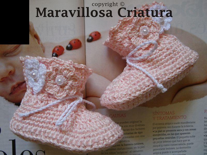 Botas calcetines de bebé rosa con flores y perlas  de Maravillosa Criatura por DaWanda.com