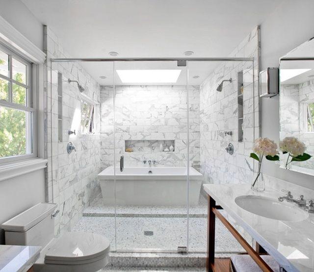 salle de bain en marbre blanc avec douche, baignoire et ...