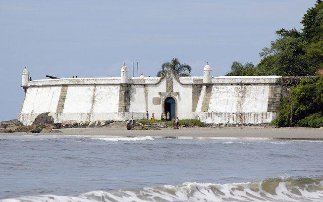 A Fortaleza Nossa Senhora dos Prazeres se destaca na paisagem da praia da Fortaleza, a mais tranquila da Ilha do Mel (PR), com águas calmas e areia fofa .