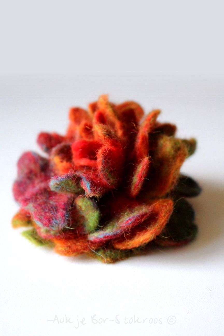 the art of playing: Felted flower brooche