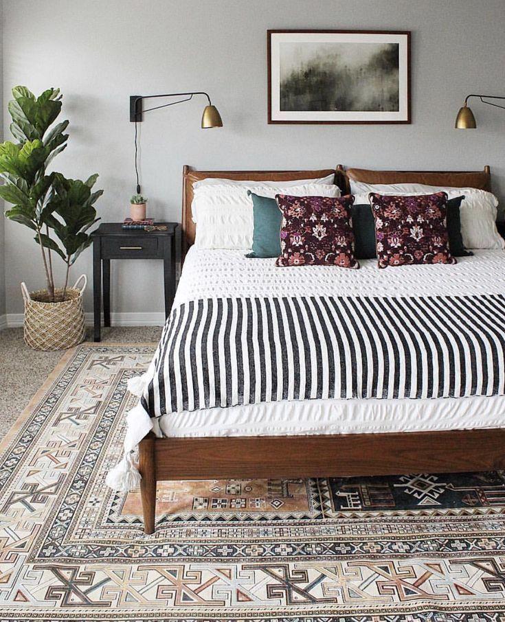 Hübsches Schlafzimmer mit lila und blauen Akzent Kissen, gestreiften Wurf, Feig...