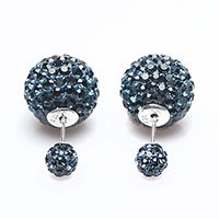 Karma Double Dots tribal oorstekers met Montana blauwe preciosa crystals, Karma in een geschenkzakje. Trendy oorbellen met een zilveren sluiting en stift en preciosacrystals. De kleine bol draagt u voor het oor en de grote achter het oor! De diameter van de grote bol is 14 mm en de kleine is 6 mm.