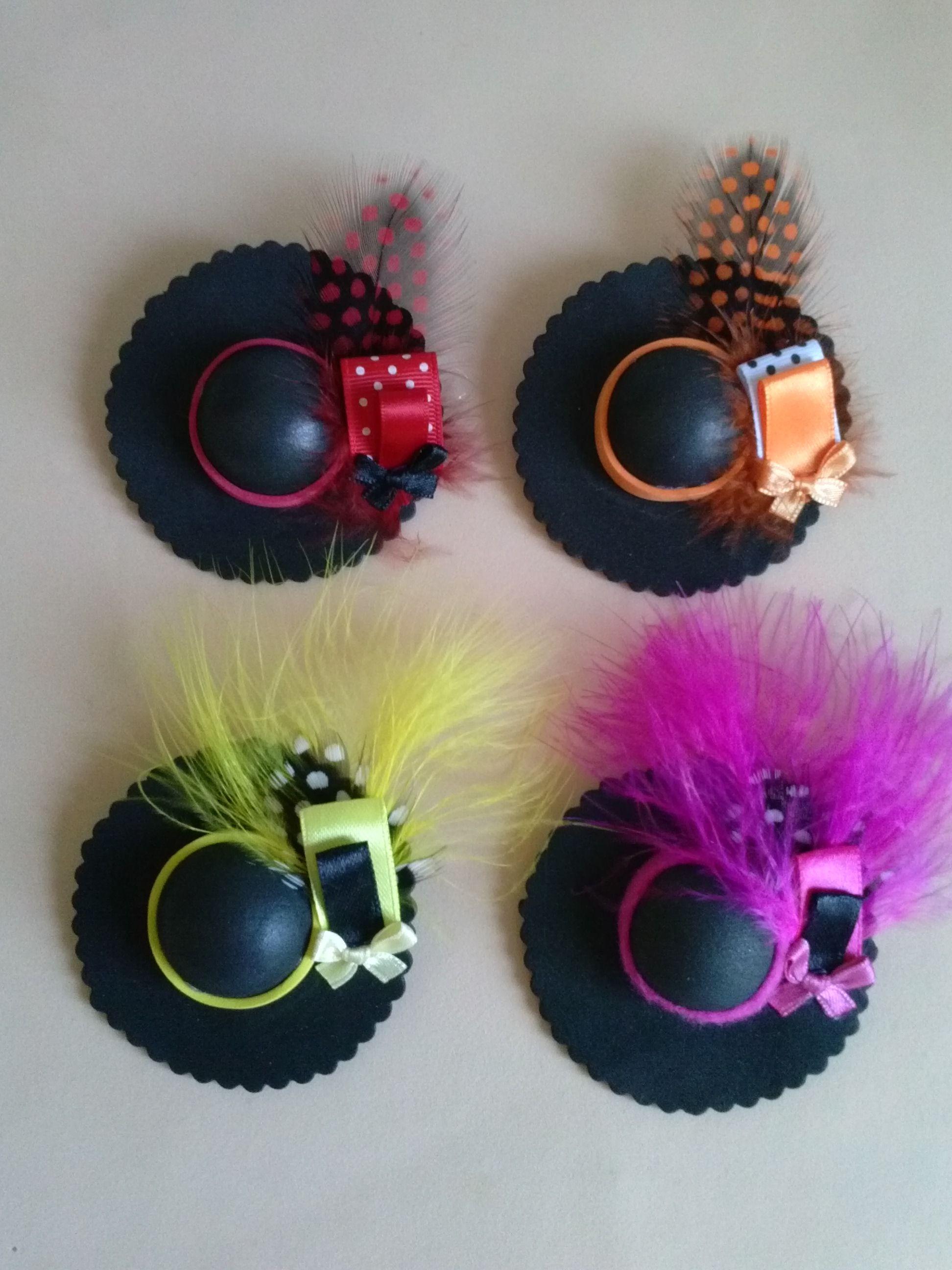 Sombreros negros en goma eva y pluma mis manualidades - Perchero para sombreros ...