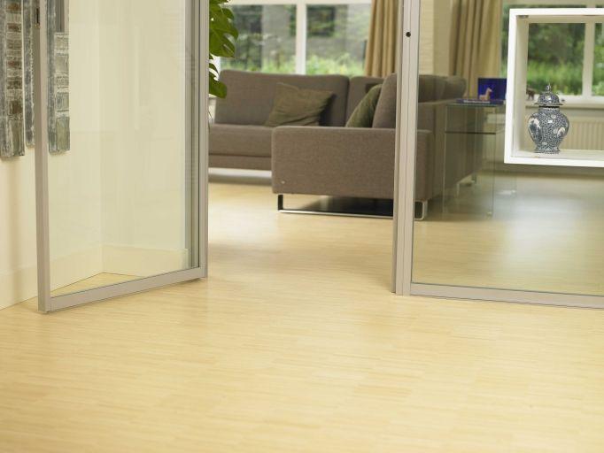 Een bleke bamboevloer in een ruimte met veel glaswerk het