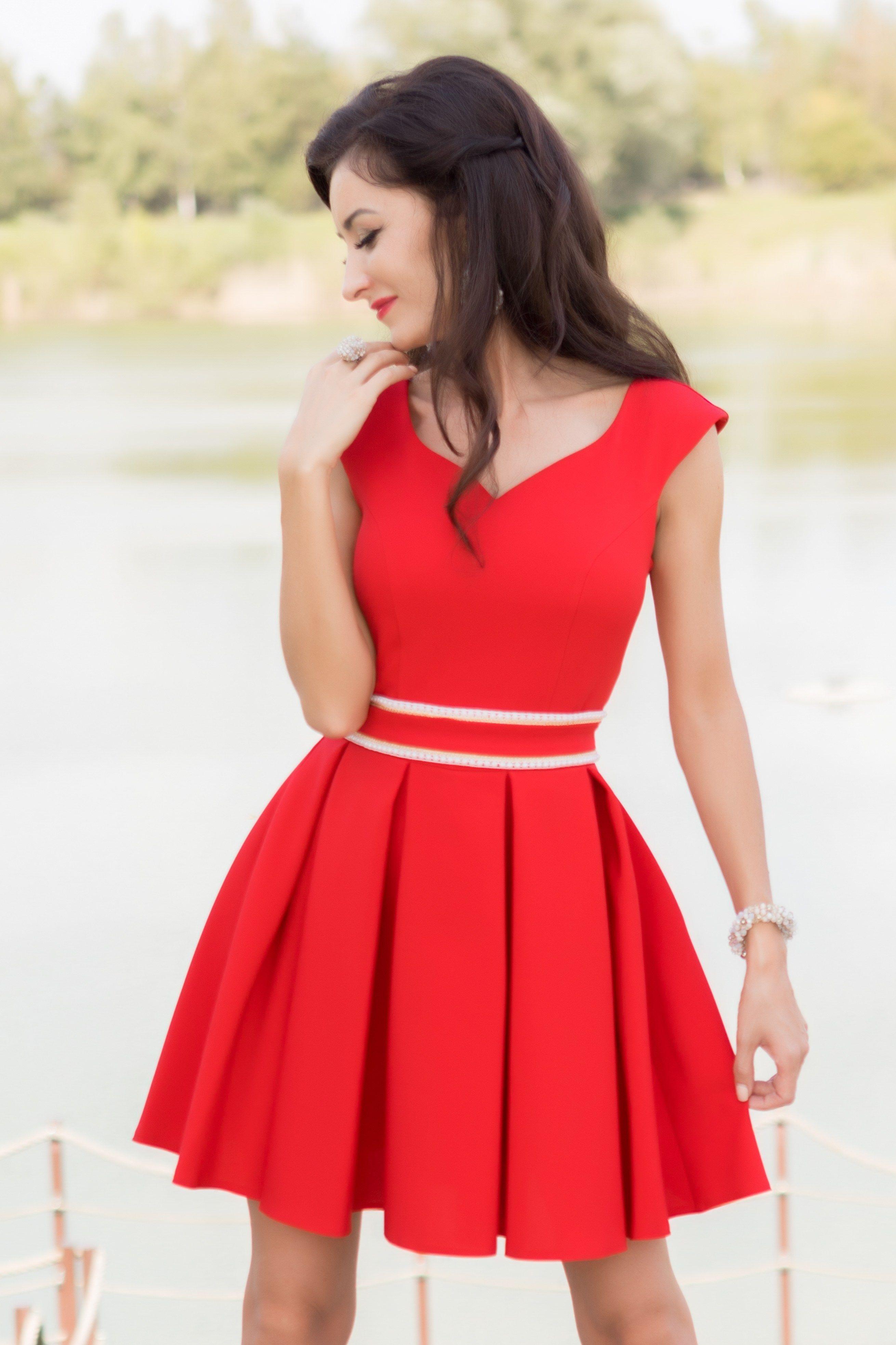 4c6379ae1792 Krátke červené šaty s opaskom sú vhodné na svadbu či inú spoločenskú  udalosť. Šaty sú