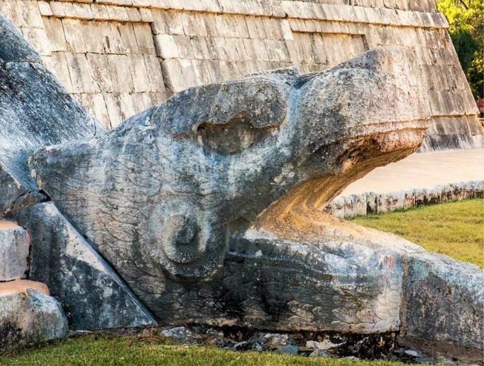 """¿Sabías que…el significado de la palabra """"Cancún"""" es nido de vivoras? La traducción más popular de Cancún es """"Nido de víboras"""" Empezando por Can (Kan) que significa, cuatro o serpiente, y """"Cun"""" que se refiere a nido u olla. Esto es debido a que en Quintana Roo existen 46 diferentes especies de serpientes, aunque solo 4 son potencialmente mortales. Otro significado de Cancún es, """"lugar de la serpiente dorada"""","""