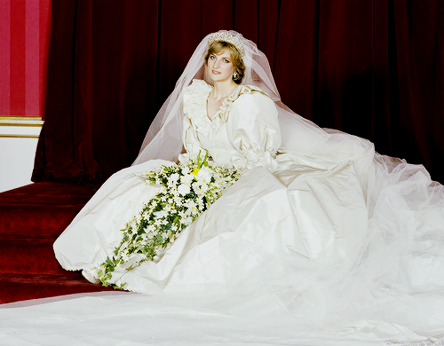"""Princess Diana wedding dress was designed by David and"