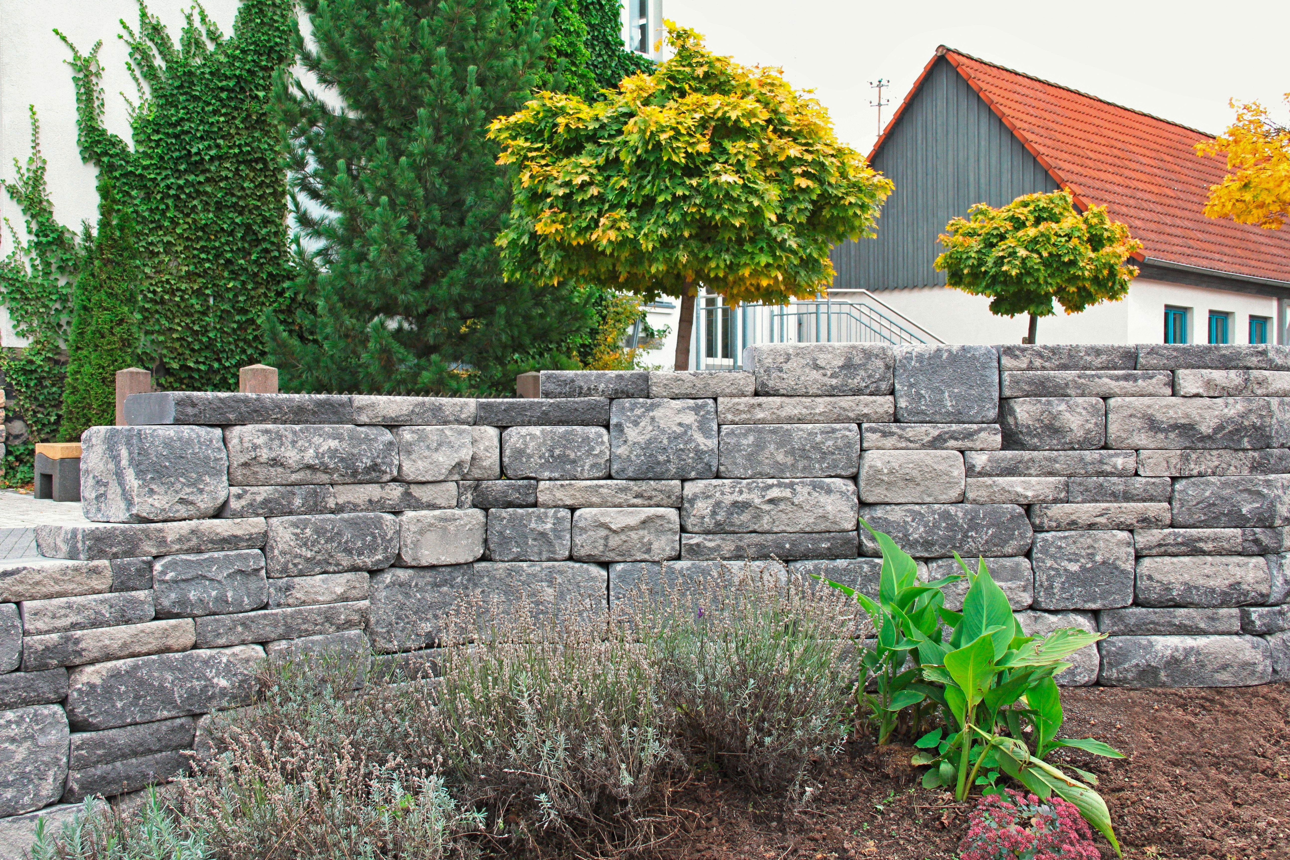 Mit Dem Santuro Wechselschichtmauersystem Lassen Sich Muhelos Optisch Lebendige Und Abwechslungsreiche Wandfl Gartenmauern Steinwand Garten Steinmauer Garten