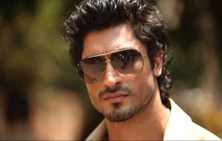 Playing Solo Lead In Commando Was Privilege Vidyut Jamwal Vidyut Jamwal Gorgeous Men Mirrored Sunglasses Men