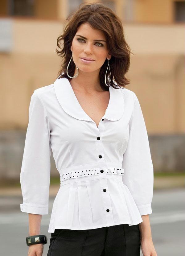 2cdbda05fd84 Blusa em tricoline mista, elástico nas mangas e babadinho ao redor da gola.  Modelo versátil, usado em três formas diferentes. Camisa feminina bran…
