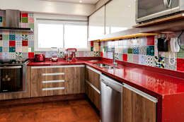 Cocinas de estilo rústico por Tikkanen arquitetura