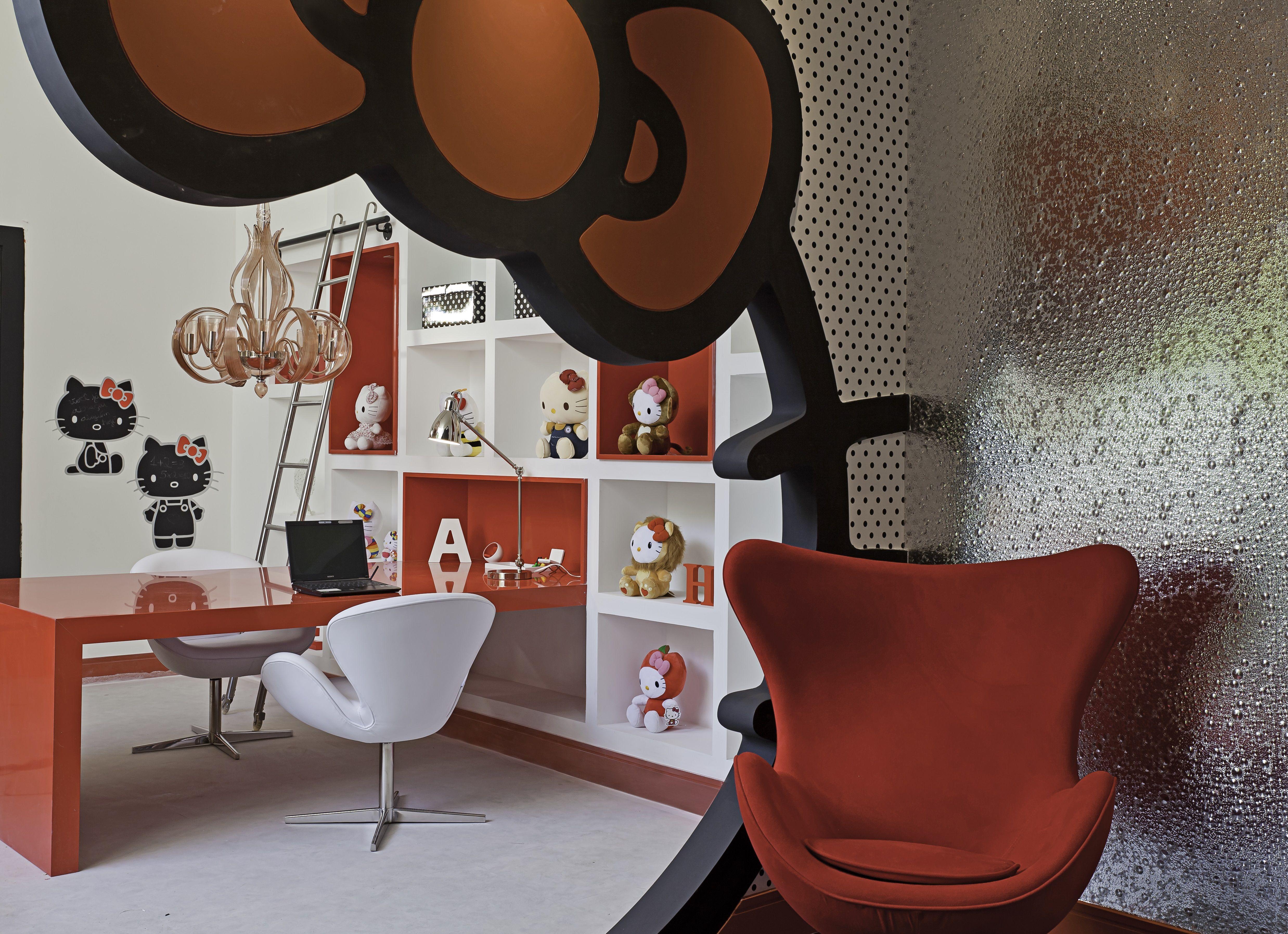 Casa Cor São Paulo 2014 - Projeto de Andrea Pontes   Atelier da Menina inspirado na Hello kitty. Na foto, visão geral do ambiente com entrada na forma da cabeça da hello kitty. #interiordesign #casacor #red