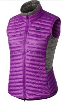 El chaleco de golf Nike Aeroloft para mujer mantiene el frío a raya y el exceso de calor al mínimo gracias al relleno aislado y las perforaciones cortadas a láser.