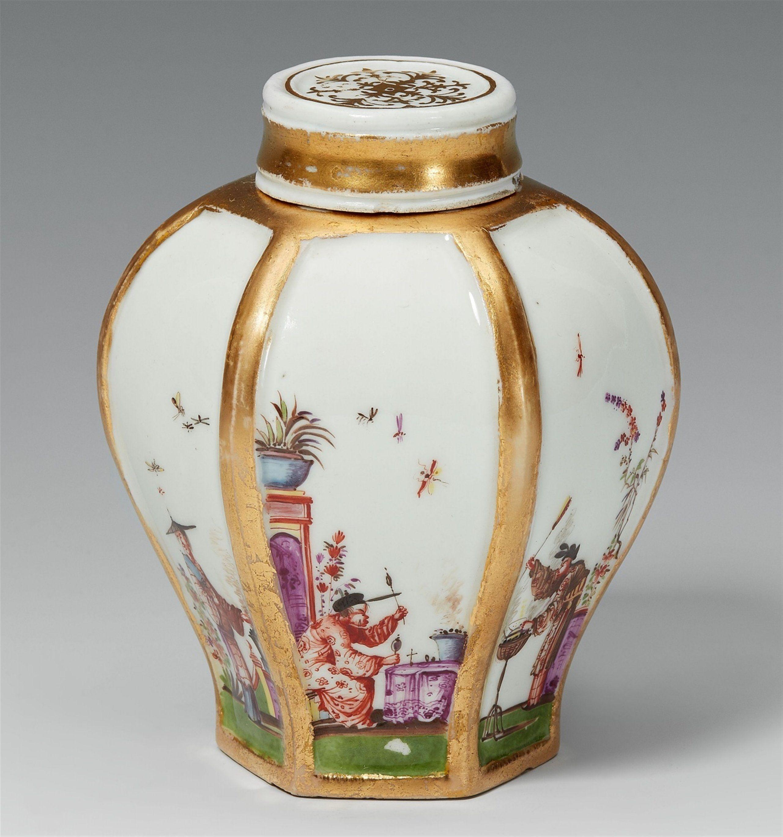 Meißen, Meißen, um 1730, der Dekor in der Art Johann GregoTeedose mit sechs Chinesen, Auktion 1075 Kunstgewerbe, Lot 562