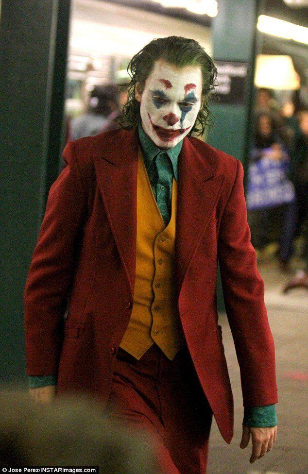 Joaquin Phoenix on set as Joker. horror Joker costume