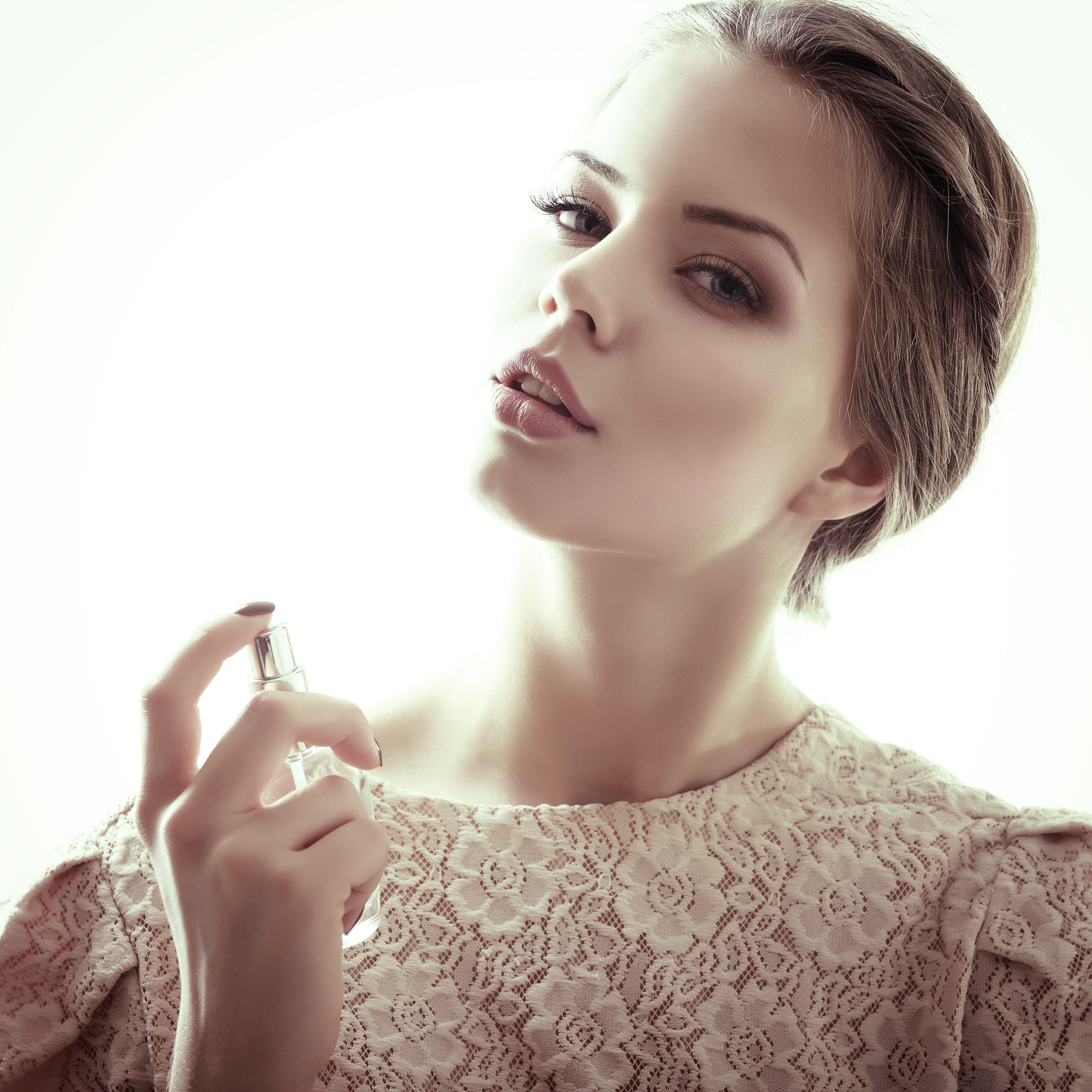 「女の子ってなんかいい匂いするよね」。って、男性が言っているのを一度は耳にしたことありませんか?ふんわりいい匂いの女性はいつの時代も好感度高し。自然で女性らしい香りを身に着けるためのコツをご紹介します。
