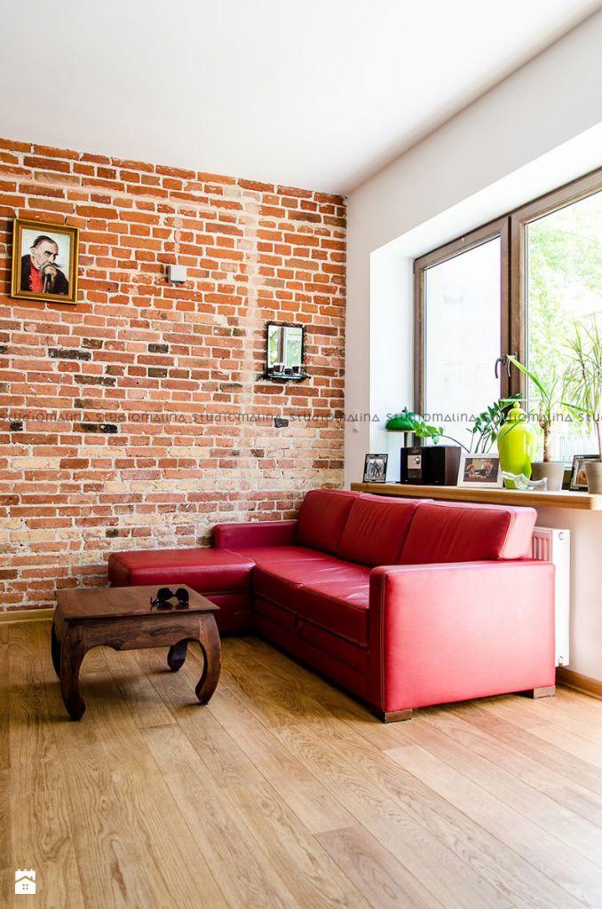 aranżacja z czerwoną cegłą na ścianie